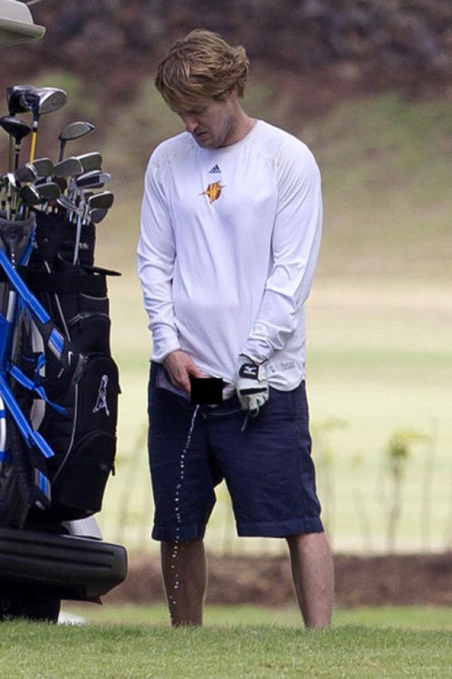 Актер Оуэн Уилсон решил поиграть в гольф на Гавайях. Чтобы не прерывать игру походом в туалет, он просто-напросто помочился прямо на поле.