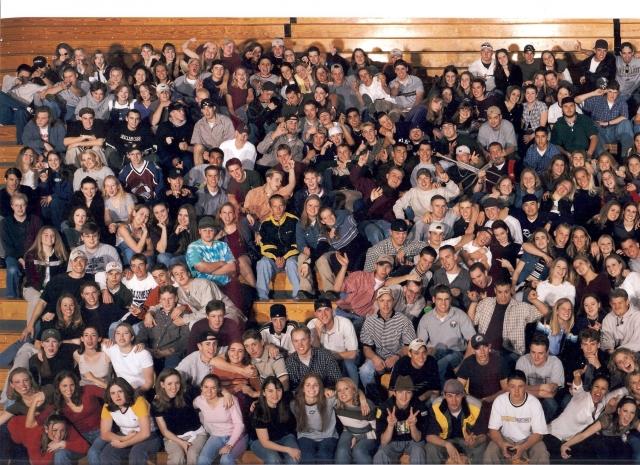 """Массовое убийство в школе """"Колумбайн"""" (убитых -15, раненых - 37) - 20 апреля 1999 года."""