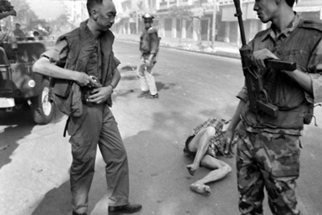 """Лоан застрелил партизана, после чего повернулся к журналистам и произнес: """"Они убили много наших людей, и ваших тоже """" (по другой версии: """" Эти парни убили много наших людей, и я думаю, Будда простит меня """"), после чего ушел."""
