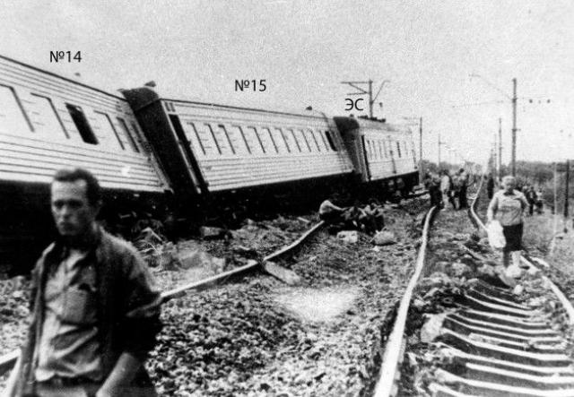 """Локомотив продолжил движение, а состав, из-за обрыва тормозной магистрали, начал экстренное торможение, которое привело к тому, что и без того ослабленный путь не выдержал, произошел """"выброс"""" под поездом, что вызвало раскачивание вагонов."""