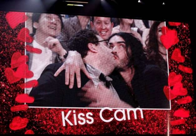 На церемонии вручения наград к двум комикам подошел ведущий и попросил повторить поцелуй, который многих шокировал в фильме. На удивление всем они сделали это.