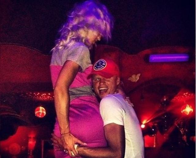 Компанию пьяной блондинке составил и ее законный супруг футболист Дмитрий Тарасов, которой тоже как следует повеселились на вечеринке.