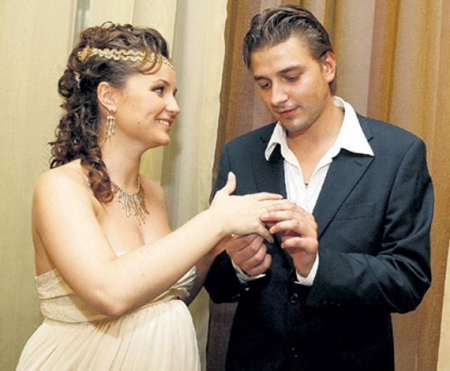 Полина Гагарина. Певица и актер Петр Кислов поженились, когда ей было 20. В браке родился сын, но через три года пара разошлась из-за постоянных ссор.