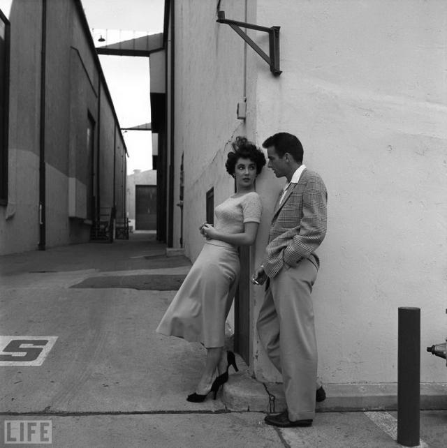 "Лиз и Монти (Liz and Monty, Peter Stackpole, 1950). Элизабет Тейлор и Монтгомери Клифт во время перерыва на съемках фильма ""A Place in the Sun"" на студии Paramount."
