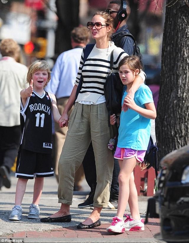 Кристи Тарлингтон. В перерывах между съемками Кристи Тарлингтон можно часто увидеть в компании своего сына Финна и дочери Грейс.