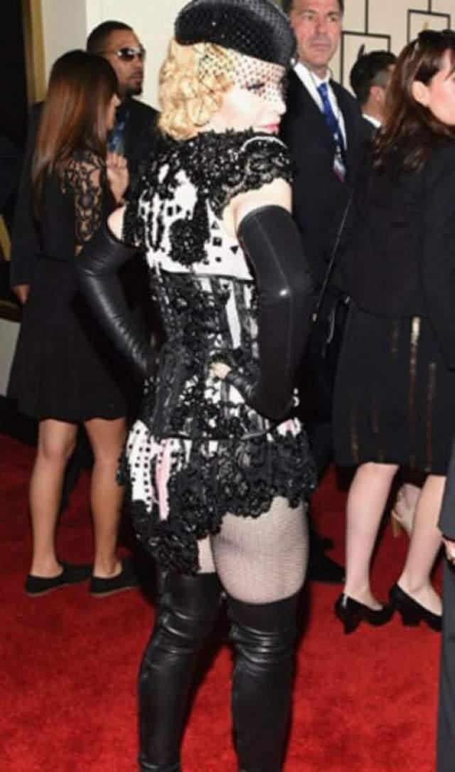 На мероприятии артистка появилась в затейливом мини с игривым шлейфом, едва прикрывшем пятую точку. И поначалу наряд Мадонны вроде бы выглядел вполне прилично и не привлекал особого внимания.