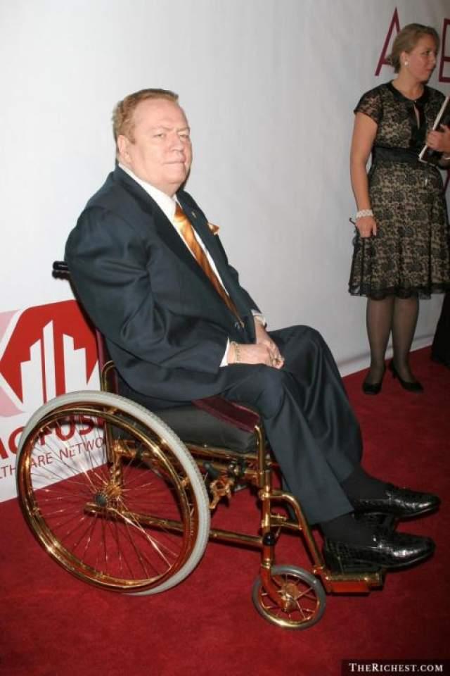 Ларри Флинт Создатель и издатель журнала Hustler в марте 1978 года стал жертвой нападения маньяка-нациста Джозефа Пола Франклина. Тот сильно покалечил его, и увечья вызвали парализацию ног.