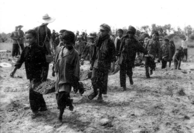 Только на берегах Меконга, когда пномпеньцев переправляли в отдаленные районы страны, погибло около пятисот тысяч человек.