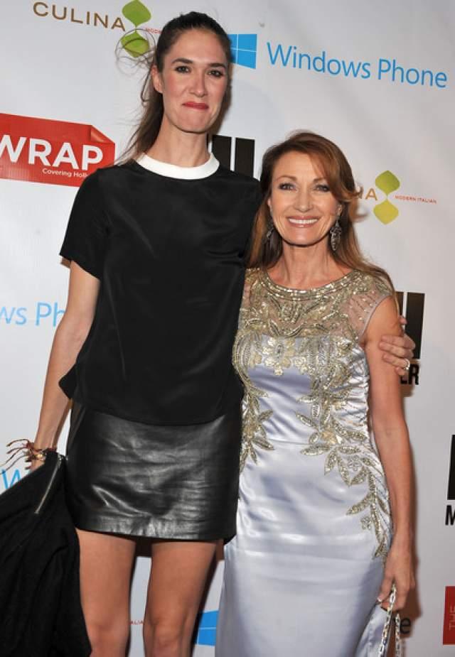 Джейн Сеймур. 66-летняя актриса и сейчас хороша практически также, как и тогда, когда сыграла в кино девушку Бонда. А вот ее дочь, хоть и пошла по стопам матери, похожа на нее весьма своеобразно.