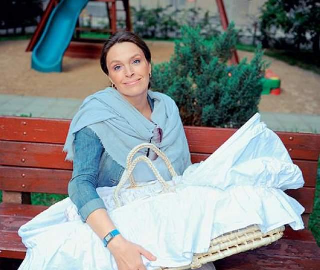 Марина Могилевская - родила в 41 год. Актриса рассказывает, что мечтала о дочери с тридцати лет, но мечта постоянно откладывалась: то не было времени, то подходящего мужчины рядом. А как только она перестала об этом думать и отпустила ситуацию, узнала о беременности.