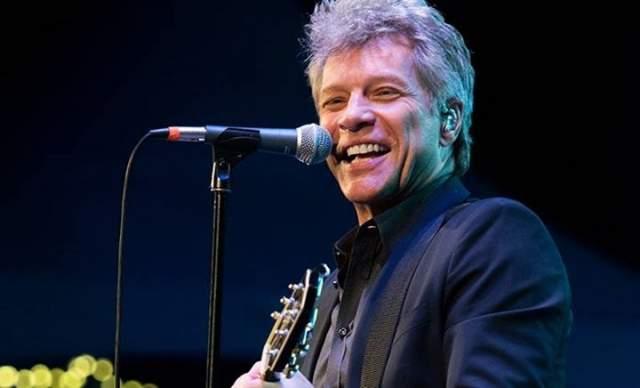 С возрастом Джон стал все чаще петь песни на социальные темы, но умы и сердца барышень, даже поседев, все также тревожит.