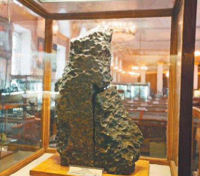 9. Метеорит Богуславка  Метеорит Богуславка упал на Землю в октябре 1916 года. Его обнаружили в 5 километрах от села Богуславка в Приморском крае. Метеорит состоял из двух фрагментов общим весом около 257 килограммов. Сейчас хранится в Москве, в Геологическом музее.