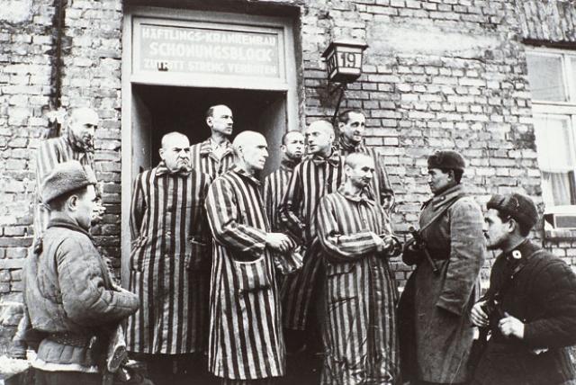 Советские солдаты у дверей барака.