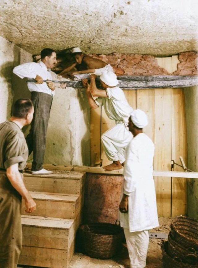 Работы в очередной раз были остановлены. Нужно было убрать стену, которая отделяла усыпальницу от первой комнаты и разобрать четыре позолоченных погребальных футляра, между которыми были обнаружены булавы, стрелы, луки, золотые и серебряные жезлы, украшенные фигурками Тутанхамона.