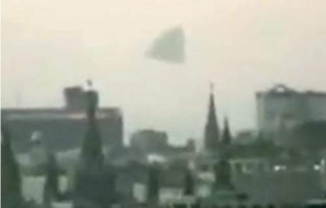 НЛО над Кремлем Гигантская пирамида, предположительно - неопознанный летающий обьект - в небе над Кремлем, Россия. Досужие языки немедленно предположили, что это был инопланетный космический корабль.