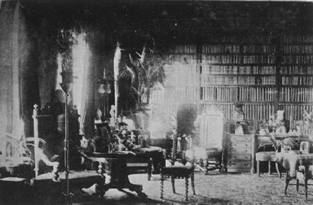 В 1891 году, после того, как его карета перевернулась, лорд Комбермер погиб. Фотограф установил свою камеру в библиотеке лорда с открытым затвором фотообъектива на один час.