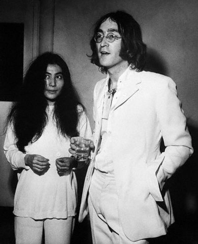 Они проводили постельные забастовки, фотографировались нагишом и записывали пластинки… Брак оборвался с трагической кончиной Джона.