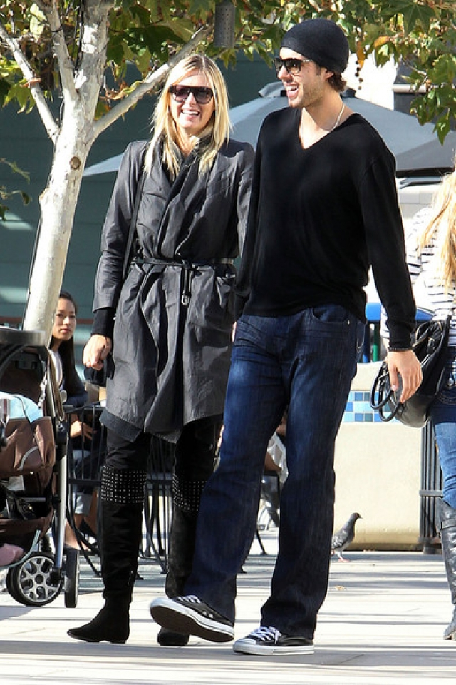 А 21 октября 2010 года появилась информация о помолвке Шараповой с баскетболистом.