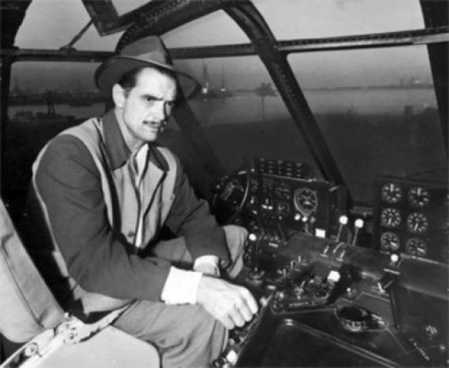 """Также Хьюз был пионером авиации, конструктором и летчиком-испытателем. Перенеся страшную аварию и разбив свой экспериментальный """"Hughes XF-11"""" в районе Беверли-Хиллз, Говард стал вести себя ещё более странно."""