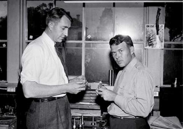 Hewlett-Packard. Основатели HP Билл Хьюлетт и Дэйв Паккард бросали монетку, чтобы решить, чье имя будет первым в названии. Как вы понимаете, выиграл Билл.