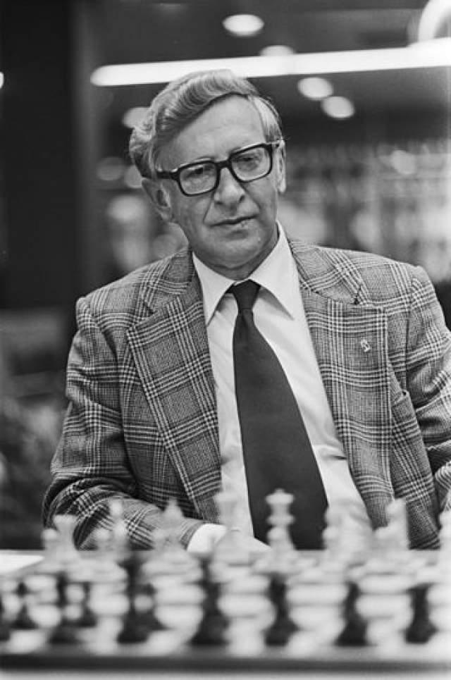 Василий Смыслов, 1921-2010. 7-й чемпион мира по шахматам в марте 2010 года умер в ужасающей нищете - врачи, приехавшие оказать помощь гроссмейстеру, были в ужасе, когда увидели, в каких условиях он живет.