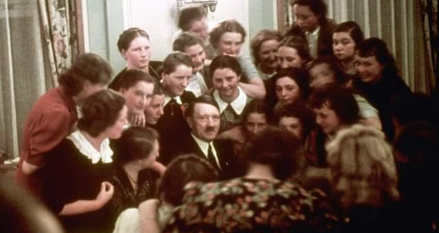 Адольф Гитлер любил многих женщин, хотя для последних это чувство не было счастливым. У политика с первых шагов на любовном поприще было немало поклонниц.