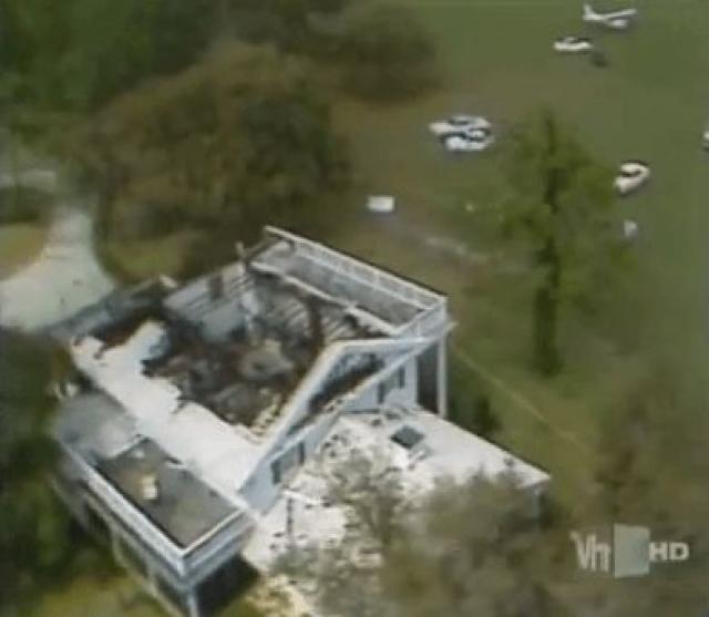Самолет содрал часть крыши автобуса и столкнулся с большой сосной, прежде чем рухнуть на крышу гаража рядом с близлежащим особняком, после чего взорвался и сгорел. Все трое пассажиров погибли на месте и были опознаны только по отпечаткам зубов.