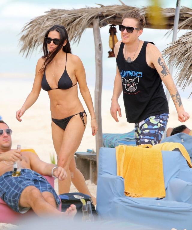 Как бы там ни было, Деми не зазорно появитьс яна пляже и с 27-летним бойфрендом, барабанщиком Шоном Фрайдеем.