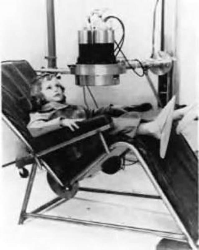 Участников экспериментов непрерывно в течение нескольких месяцев вводили химическими средствами или электрическими разрядами в коматозное состояние и при этом заставляли прослушивать записанные на магнитофонную ленту и многократно воспроизводимые звуки или простые повторяющиеся команды. Целью данных экспериментов была разработка методов стирания памяти и полной переделки личности.