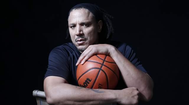 Брайан Грант. Американский баскетболист в 2006 году завершил карьеру из-за хронически травмированных коленей. Чуть позже он начал замечать признаки болезни Паркинсона – у него периодически сильно тряслись руки.