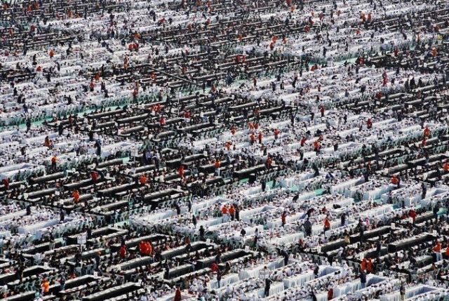24 ноября 2010 года в общей сложности 20 483 человека играли в шахматы в Индийском городе Ахмедабад, чтобы попасть в книгу рекордов Гиннеса .