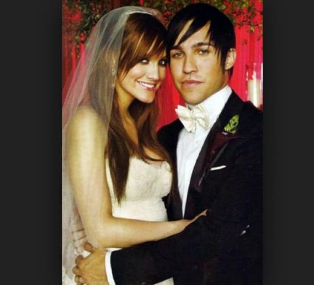 """Эшли Симпсон и Пит Венц. Басист группы Fall Out Boy и поп-певица поженились в мае 2008 года. Свадебная вечеринка пары была организована в стиле сказки """"Алиса в стране чудес""""."""
