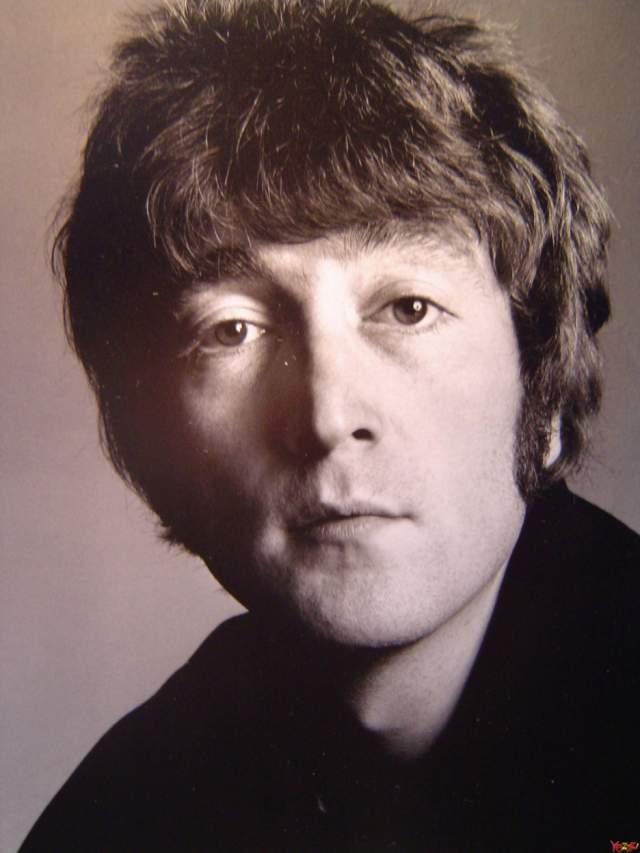 Леннон выбирал качественные и недорогие очки, которые теперь носят многие другие музыканты. А без них выглядел вот так.