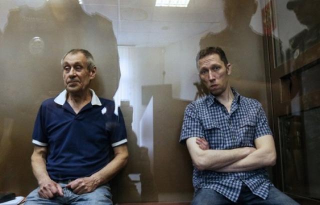 16 июля были задержаны двое подозреваемых - старший дорожный мастер службы пути Валерий Башкатов и его помощник Юрий Гордов, имевшие отношение к работам по укладке стрелочного перевода.