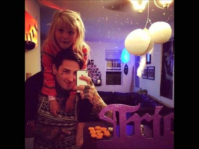 Он скончался спустя несколько часов от полученных травм. О смерти вокалиста объявили в 6.17 утра 1 ноября. У него остались жена и пятилетняя дочь.