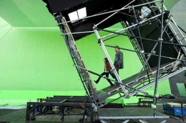 """Начало Эллен Пейдж и Леонардо Ди Каприо на съемках фильма """"Начало"""". Выглядит совсем не так как на экране."""