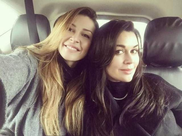 При этом, разница в возрасте у них 25 лет! И сейчас Анастасия выглядит, максимум, как старшая сестра своей дочери.
