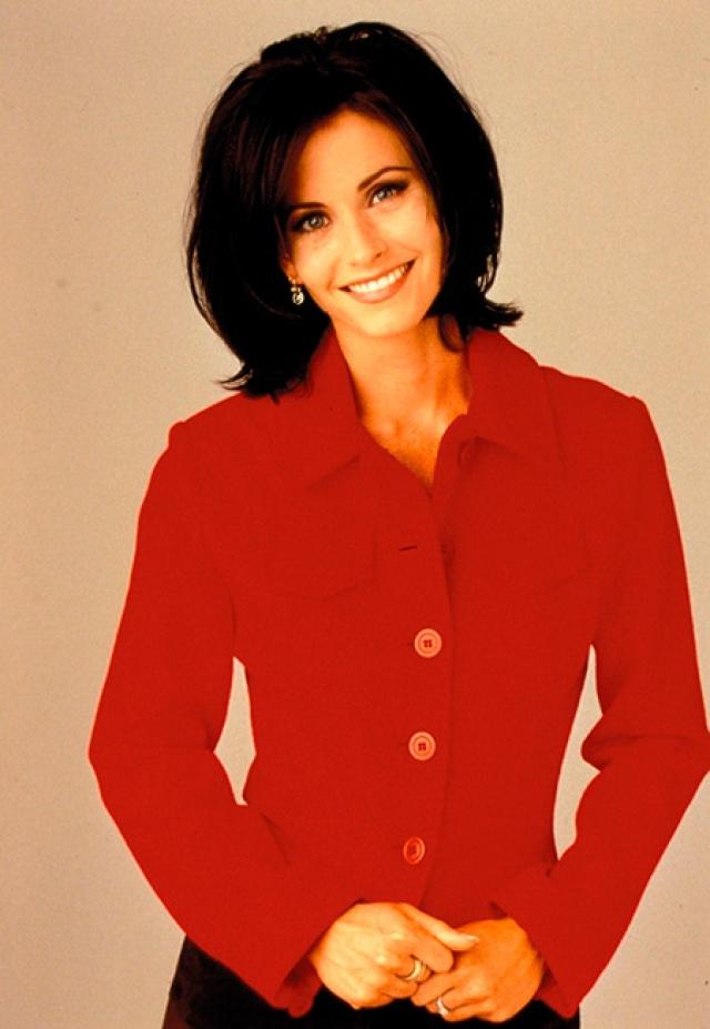 """Кортни Кокс - Моника Геллер. На момент выхода первой серии """"Друзей"""" снималась вместе с Джимом Керри в """"Эйс Вентуре"""", но настоящую популярность ей принесла роль в """"Друзьях"""". В 1996 году она закрепила за собой звездный статус, сыграв одну из главных ролей в суперпопулярном ужастике """"Крик"""""""