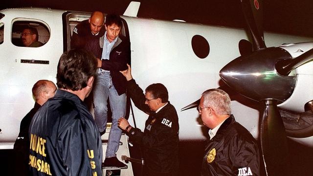 Вскоре Верховный суд отменил соглашение об экстрадиции наркоторговцев в США. Однако президент Колумбии Версилио Барко наложил вето на решение Верховного суда и возобновил действие соглашения. В 1987 году в США был экстрадирован ближайший помощник Эскобара Карлос Лейдер (на фото).