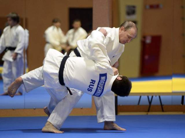 Владимир Путин, президент России (65 лет). Российский глава – признанный мастер боевых искусств. Он занимается самбо с 14 лет, у него есть черный пояс по каратэ Киокушинкай - это один из самых трудных и жестких видов каратэ. Также Владимир Владимирович занимается дзюдо.