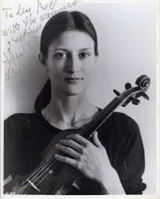 """В своем номере в Финляндии В. Муллова оставила """"заложницу"""" - драгоценную скрипку Страдивари. Она рассчитывала на то, что сотрудники КГБ, обнаружив скрипку, ее саму уже искать не будут."""