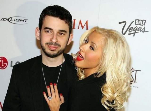 Кристина Агилера и Джордан Брэтман. Пара была жената с 2005 по 2011 годы. Все это время пара попадала во всевозможные рейтинги неудачных пар и под постоянную критику со стороны поклонников певицы.