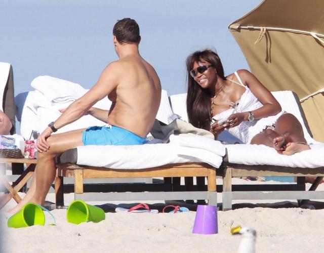 В августе 2009 года Наоми и Владислав Доронин отдыхали в Италии. Модель была не восторге от назойливых фотографов - в итоге она начала избивать одного из них сумкой.