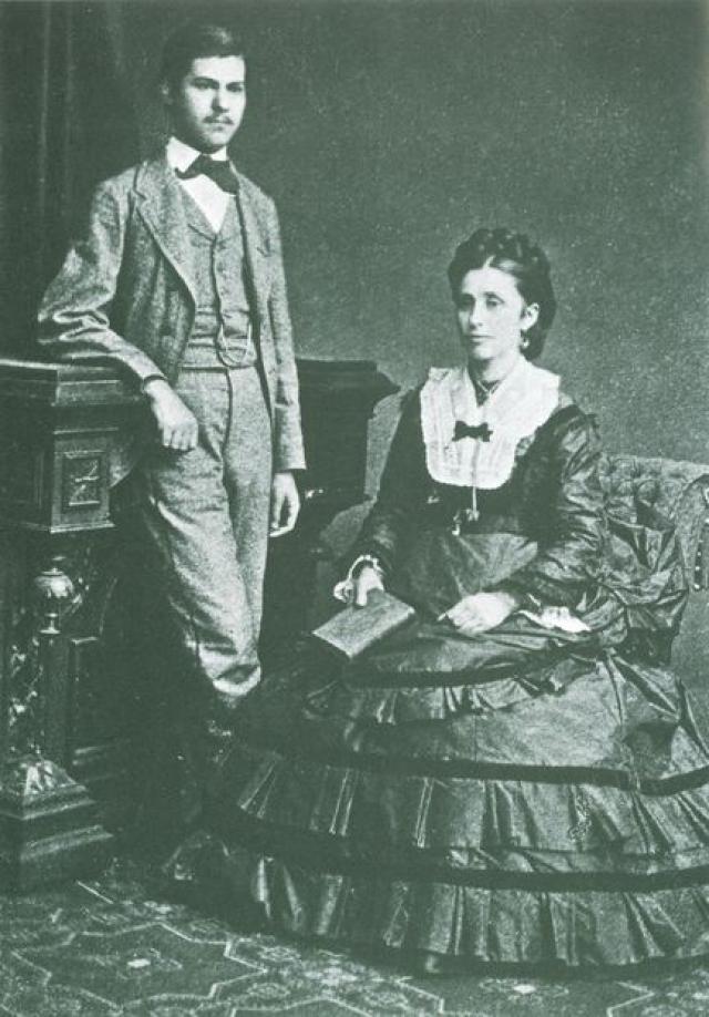 От частых нападок отца Фрейда спасала мать, для которой он всегда был любимым ребенком.