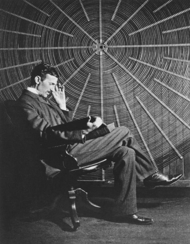 В великого ученого, окруженного ореолом тайны и мистики, влюблялись десятки женщин, но ни одной из них Тесла почему-то не ответил взаимностью, что породило массу слухов о его гомосексуальности .