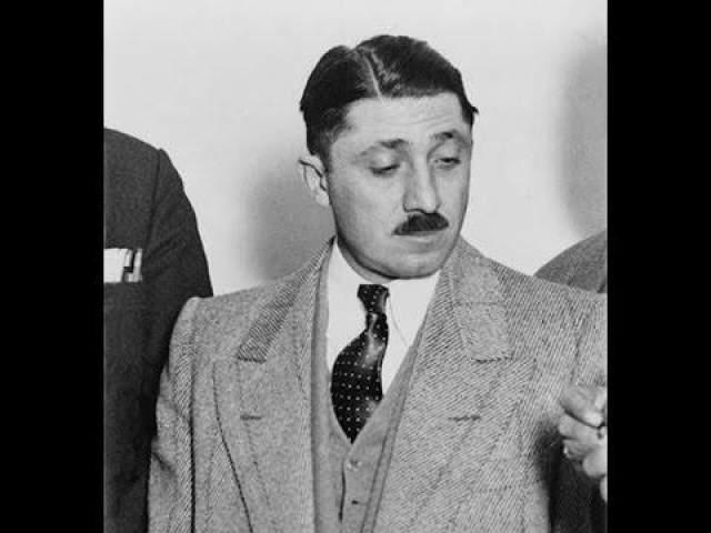 В награду за впечатляющие успехи во время сухого закона Нитки стал одним из самых близких соратников Аль Капоне и упрочил положение в Чикагском преступном синдикате, который также называли Chicago Outfit. Хотя его прозвали Вышибалой, Нитти больше делегировал задачи, нежели ломал кости самостоятельно, и часто организовывал множество подходов во время рейдов и нападений. В 1931 году Нитти и Капоне отправили в тюрьму за уход от налогов, где Нитти страдал ужасными приступами клаустрофобии, преследовавшей его до конца жизни. Выйдя на свободу, Нитти стал новым главарем Chicago Outfit, пережив покушение со стороны соперничающих мафиозных группировок и даже полиции. Когда дела пошли совсем плохо и Нитти понял, что ареста не избежать, он выстрелил себе в голову, чтобы больше никогда не страдать от клаустрофобии.