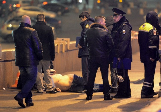 6. Убийство Немцова. Известного оппозиционного политика Бориса Немцова застрелили 27 февраля на Москворецком мосту, вблизи от Кремля, во время прогулки с девушкой-моделью с Украины. Следствие подозревает в убийстве группу выходцев из Чечни. Они арестованы.