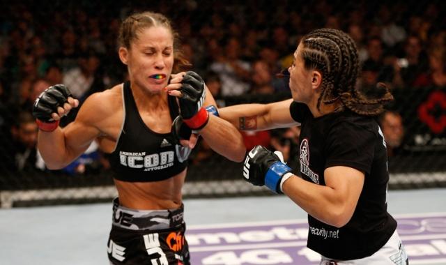 Девушка начала профессиональную карьеру бойца в 2010 году. За пять лет Лиз удалось вскарабкаться на 10 место в рейтинге ММА в легком весе. На фото: Лиз в бою (справа)