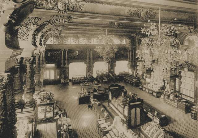 И хотя революция и внутренние конфликты впоследствии почти разорили семью, Елисеевские магазины и сегодня остаются мировым брендом.