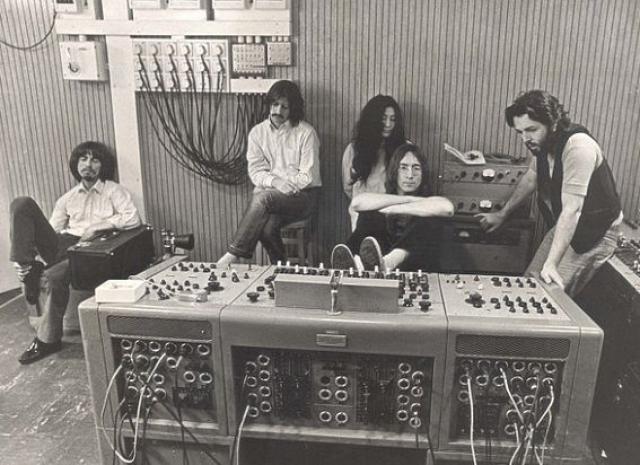 Йоко Оно. Считается, что именно после появления странной японки в группе начались перемены.